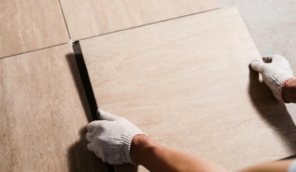 Como limpar o piso cerâmico após a obra